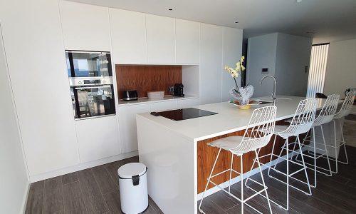 Cozinha lacada branco mate e madeira natural de nogueira