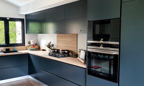 Cozinha com tampo em estratificado imitação madeira