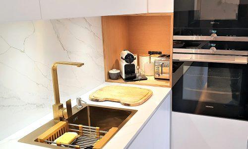 Cozinha lacada branco mate com madeira natural de carvalho
